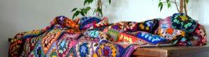 Une couverture au crochet remplie de couleurs
