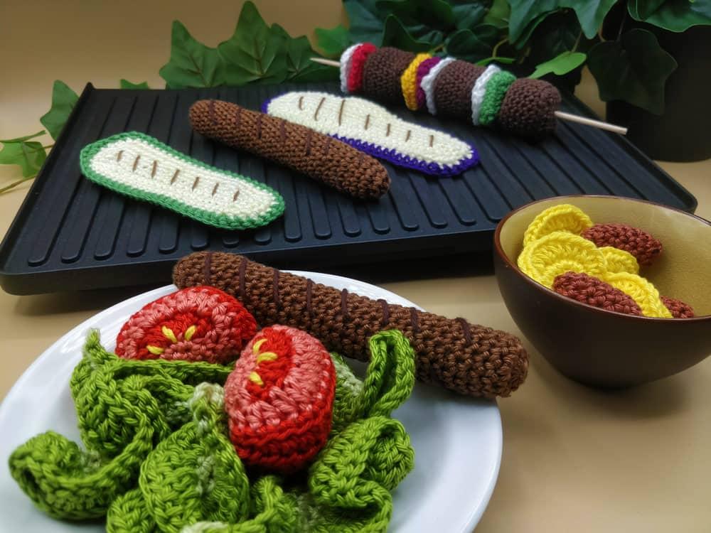Dînette au crochet thème barbecue, brochettes au crochet et autres grillades, par l'Univers de Lalu